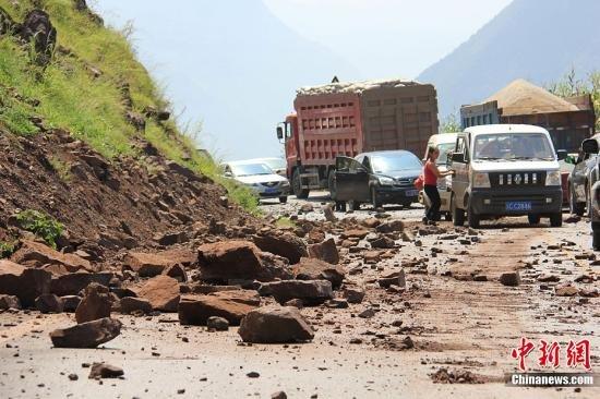 温**看望彝良受灾群众 地震已致80死795伤